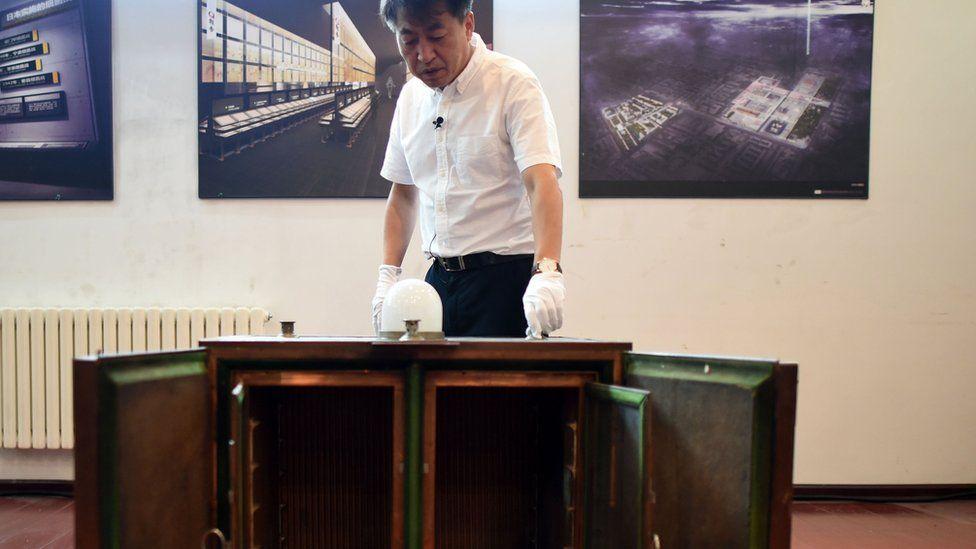 El curador del museo en conmemoración a las víctimas de la Unidad 731 en China muestra una máquina para producir bacterias de peste bubónica como evidencia de las actividades del laboratorio.
