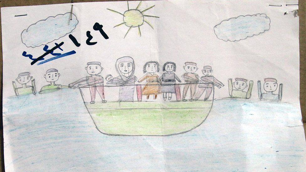 Un dibujo de un niño refugiado sirio muestra una embarcación en el mar con un grupo de personas a bordo y otros en el agua alrededor.
