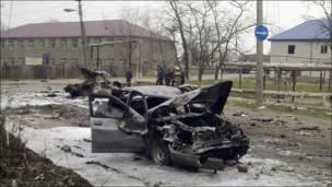 Обломки взорванных машин в Кизляре