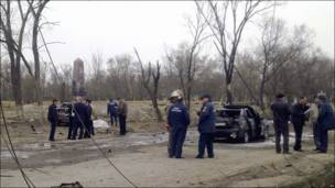 Сотрудники оперативных служб на месте взрывов в Кизляре