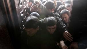 Демонстранты прорываются через ворота здания правительства