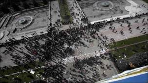 Демонстранты у здания правительства