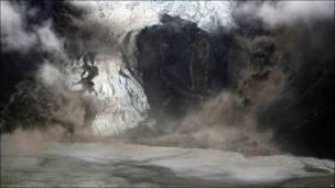 Volcán en erupción bajo el glaciar Eyjafjallajokull
