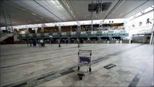 Zona de despacho vacía en aeropuerto sueco