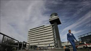 Una aeromoza de KLM retirándose del aeropuerto de Ásmterdam
