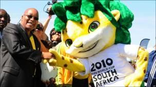 El presidente de Sudáfrica, Jacob Zuma, saluda a Zakumi, la mascota de la FIFA