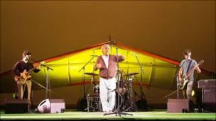 Caetano Veloso (centro) cierra en Miami su gira por EE.UU.