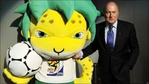 Зепп Блаттер с талисманом чемпионата мира в ЮАР