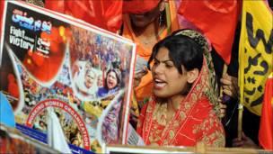 Una mujer pakistaní se manifiesta en Lahore.