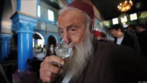 Un rabino bebe bouka.