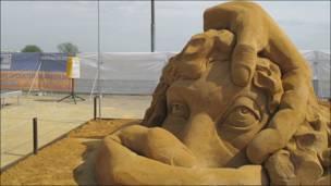 """Скульптура из песка Оскара Родригеса по фильму """"Андалузский пес"""""""