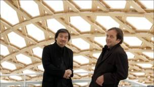 El arquitecto japonés Shigeru Ban y su socio francés Jean de Gastines en el nuevo Museo Centro Pompidou-Metz al este de Francia.