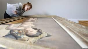"""Un restaurador inspecciona una pintura de Edmond Ceria """"Nu couche"""""""