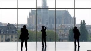 Visitantes en el centro Pompidou-Metz viendo la Catedral de Metz.