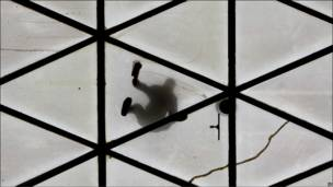 Сирийский рабочий с внешней стороны окна