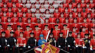 Королева Великобритании Елизавета в окружении гврадейцев