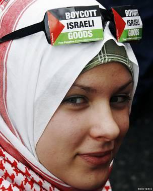 Mujer que promueve un boicot contra Israel.