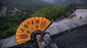 Mujer china se cubre con abanico