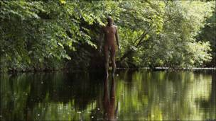 Figura de hierro en lago de Escocia