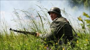 Человек  с ружьем - реконструкция времен Второй мировой войны