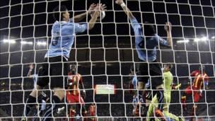 Luis Suárez para un balón con la mano