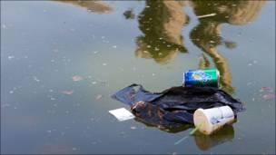 Банки и мусор плавают в фонтане на ВВЦ