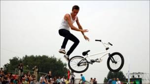 Велосипед и велосипедист в воздухе