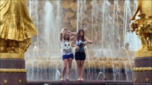 Девушки купаются в фонтане на ВВЦ