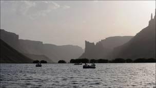 Barquitos con pedales en los lagos de Band-i-Amir en Afganistán