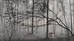 Cámara filmando un incendio forestal en las afueras de Elektrogorsk, unos 60 kilómetros al este de Moscú