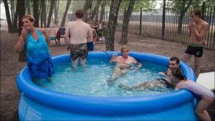 Москвичи курят в надувном бассейне
