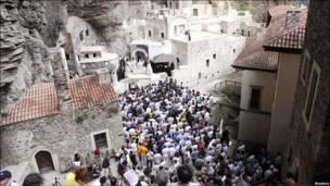 Православні християни на відправі у монастирі Сумела