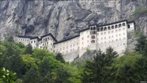 Монастир вбудований у скелю