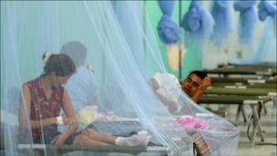 Una mujer con dengue hemorrágico es atendida en la sede del Club de Leones de Tegucigalpa, Honduras.