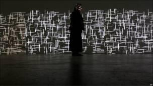 """La artista venezolana Magdalena Fernández posa frente a su video-instalación """"2iPM009"""", con la que participa en la exposición """"Completo Concreto"""", en Zurich, Suiza."""