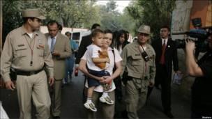 Hortensia Morán llega con su hijo Juan Pablo al palacio presidencial de Paraguay.