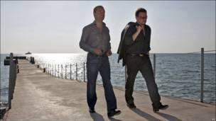 Bono, de la banda de rock U2, camina junto al presidente ruso Dmitry Medvedev a las orillas del Mar Negro.