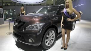 Модель около нового автомобиля Infiniti QX на московском автосалоне