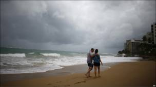 Turistas en una playa desierta poco antes de la llegada de Earl