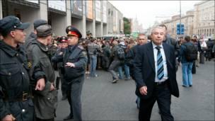 Человек в штатском и милиционеры. Фото taek