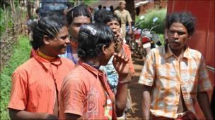 राहुल गांधी की सभा में जाते आदिवासी
