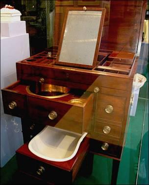Стол туалетный с принадлежностями: табурет с биде, таз для умывания. Англия, последняя четверть XVIII в.
