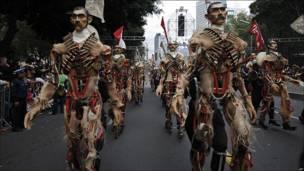 Maniquíes durante el desfile por el festejo del Bicentenario en Ciudad de México