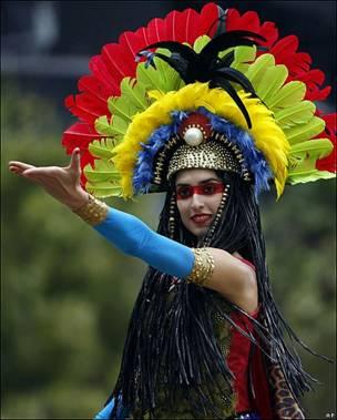 Una mujer participa en el desfile por el festejo del Bicentenario en Ciudad de México