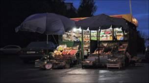 Торговая овощная палатка на юго-западе Москвы.