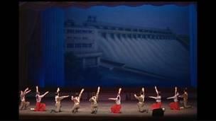 Tiết mục múa ba lê kể về chuyện xây đập thủy lợi ở Bắc Hàn
