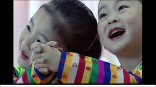 Các em gái ở nhà trẻ Bắc Hàn