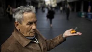 Серб Любислав Джокич держит в руках миниатюрный экскаватор