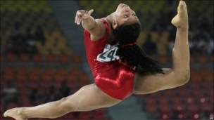 гимнастка в прыжке