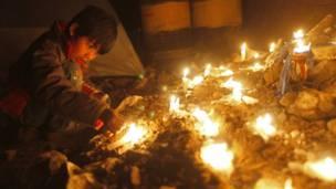 Ребенок ставит свечку